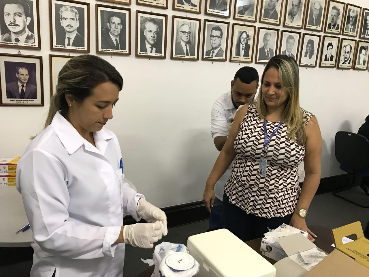 Alunos de Enfermagem participam da Ação de Intesificação da vacina para Febre amarela - Universo São Gonçalo 1