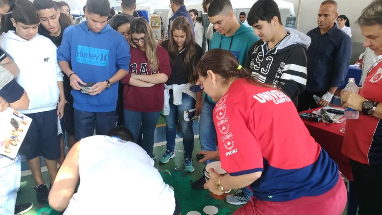 Universo-Campos realiza atividades práticas com estudantes em feira de profissões 9