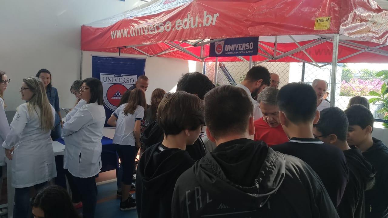Universo-Campos realiza atividades práticas com estudantes em feira de profissões 1