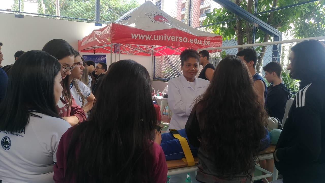 Universo-Campos realiza atividades práticas com estudantes em feira de profissões 4
