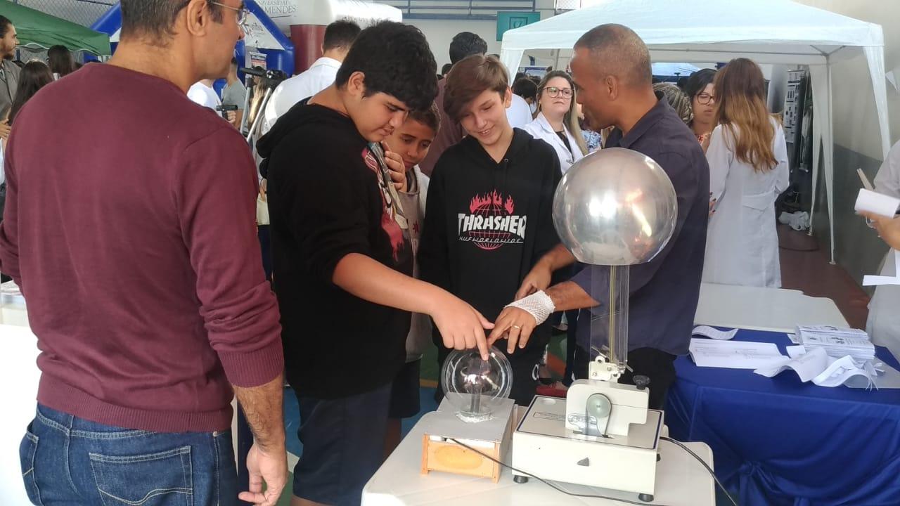 Universo-Campos realiza atividades práticas com estudantes em feira de profissões 5
