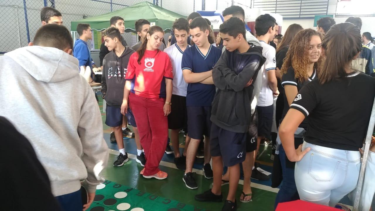Universo-Campos realiza atividades práticas com estudantes em feira de profissões 6