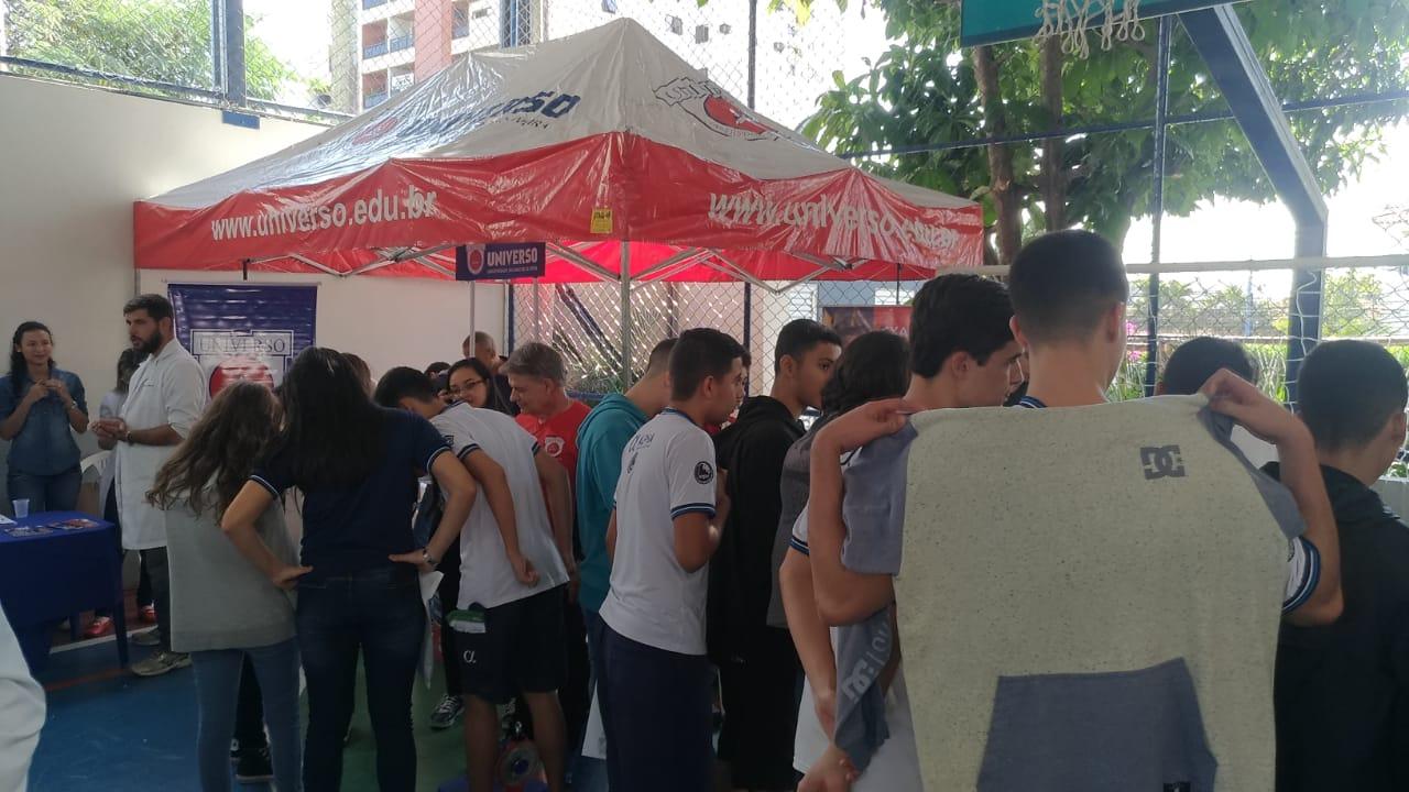 Universo-Campos realiza atividades práticas com estudantes em feira de profissões 7